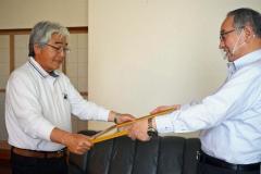 小林町長(右)から紺綬褒章を伝達された加納さん