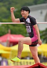 【男子走り高跳び決勝】試技を成功させてガッツポーズする佐々木啓吾(広尾)。1メートル92を跳んで6位入賞した