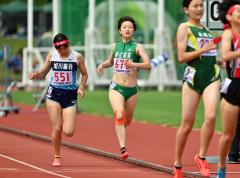 【女子800メートル決勝】4位の選手と横並びで競り合うようにゴールする伊藤瑠里(中央、帯南商)。2分19秒04で5位に入った
