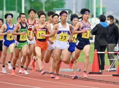【男子5000メートル決勝】レース前半、第2集団を先頭で引っ張る菅原広希(右、札幌日大高)