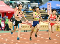 【女子七種競技・200メートル】山口梨乃(左、白樺学園)