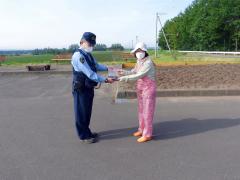 交通安全願い、ヒマワリの種植え 上士幌駐在所と商工会女性部 2