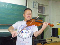 敷居の高いバイオリンの世界へのハードルを少しでも下げようと、初心者教室を立ち上げる梅田さん