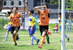 【準々決勝・帯北-函館大谷】前半10分、先制ゴールを決め、カメラ席に向かって喜びのポーズを見せる、帯北のMF相澤匠(オレンジ色のユニホーム、右)。左はFW榎本圭真