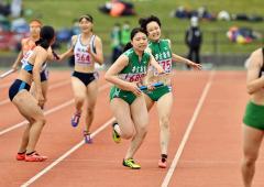 【女子1600メートルリレー決勝】帯南商の2走・伊藤瑠理(右)から3走・今村心桜(右から2人目)へのバトンパス