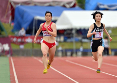 【女子200メートル準決勝】藪内瑞生(左、帯柏葉)