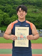男子砲丸投げで3位に入り、表彰台に立つ内田勘太(道栄)