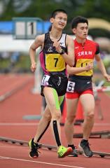 【男子5000メートル競歩】残り1周、苦しい表情を浮かべながらも前を追う鈴木文也(左、広尾)