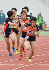 【男子1600メートルリレー決勝】白樺学園は3走・櫻井蒼真(右から2人目)から4走・永井雅樹(右)へバトンが渡る