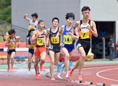 【男子3000メートル障害決勝】水ごう障害を抜けてホームストレートに向かう関雄也(右、白樺学園)