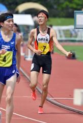 【男子3000メートル障害決勝】ゴール後にガッツポーズする関雄也(白樺学園)