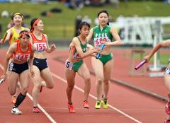 【女子1600メートルリレー決勝】帯南商は3走・今村心桜(右)から4走・高橋萌生(右から2人目)にバトンが渡る