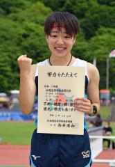 笑顔で表彰台に立つ足澤花南(旭川龍谷)