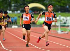 【男子1600メートルリレー決勝】白樺学園は2走・橋本凌弥(左)から3走・櫻井蒼真(右)へバトンが渡る