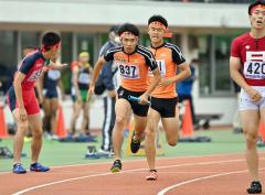 【男子1600メートルリレー決勝】白樺学園は1走・及川千暉(中央右)から2走・橋本凌弥(同左)へバトンが渡る