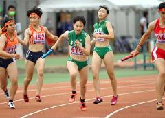 【女子1600メートルリレー決勝】帯南商は1走・山下愛依(中央右)から2走・伊藤瑠里(同左)へバトンが渡る