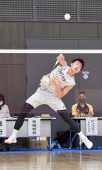 【男子個人戦シングルス・北北海道決勝】角度のあるスマッシュを放つ帯大谷の砂原泰斗。準優勝し個人戦で初の全国大会参戦の権利を得た