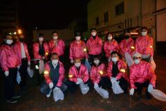 地域貢献にと、清掃に取り組むメンバー(前列右から3人目が森田組合長)