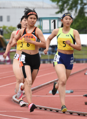 女子七種競技800㍍ 山口梨乃(左、白樺学園)