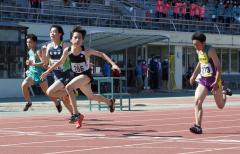 男子1年100メートル決勝 今野陽翔(右から2人目、帯川西)