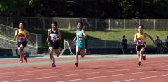 男子2年100メートル決勝 小森世良(右、帯四)