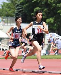 女子1500メートル決勝 門脇月鈴(右、緑南) 乾悠里子(左、大樹)