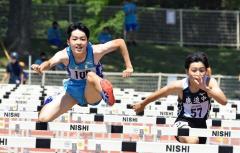 男子110メートル障害決勝 山田拓実(左、広尾)
