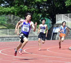 【男子200メートル決勝】コーナーを抜けると一気に加速して快勝した松本琢夢(左手前、芽室)