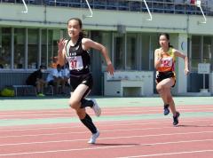 女子2年100メートル決勝 山崎心愛(左、共栄)