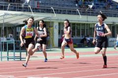 女子3年100メートル決勝 蓑口あい(左、帯翔陽)