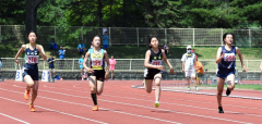 女子1年100メートル決勝 今井千陽(左、札内)