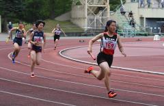 女子400㍍リレー決勝 帯南町1走・小島雛(右)