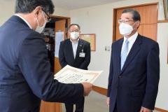 表彰状を受け取る勝井さん(右)