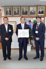 左から安井美裕町長、表彰状を手にする勝井さん、山廣副局長