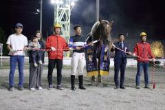 重賞2勝目を遂げたゴールドハンター(馬の右が金田勇調教師)