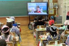 牛乳・乳製品消費拡大PR動画を視聴する児童たち