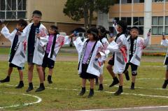 ヨサコイ演舞を披露する全校児童