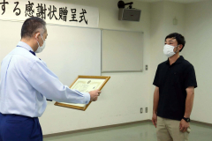 上田局長から感謝状を受ける康喜さん
