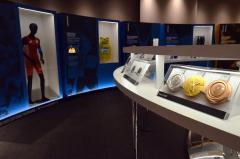 東京2020オリンピックのメダル(右)やウサイン・ボルトのウエア(奥)などが展示される会場