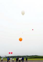 放球直前の小型気球(一番上、JAXA提供)
