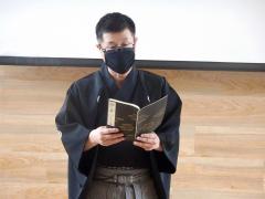 能楽「羽衣」の謡を披露する謡曲講師の永田さん