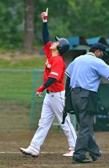 【決勝・レアル―鶏の伊藤】5回に2点本塁打を放ったレアルの宮崎雄太が、ホームイン後に天を指さす