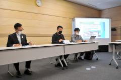 フェーリエンドルフの今後の展開を説明する米田社長(中央)。左は森田村長