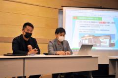 フェーリエンドルフの今後の展開を説明する米田社長(左)