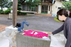 バラが香る花手水