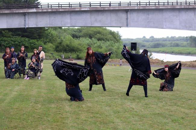 道内4団体がアイヌの伝統舞踊披露 千代田堰堤で