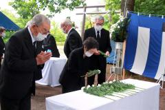 冥福を祈り、献花する参列者