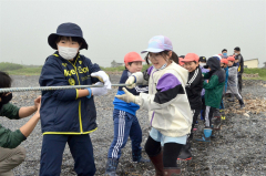 地引き網のロープを引っ張る児童たち