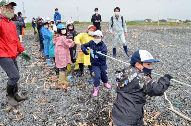 大樹小児童が地引き網体験