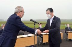 感謝状を受け取る小松社長
